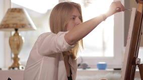 Dziewczyna koncentruje farby obrazek zdjęcie wideo