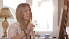 Dziewczyna koncentruje farby obrazek zbiory wideo