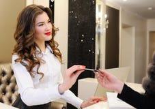 Dziewczyna konsultant daje dyskontowej karcie klient fotografia royalty free