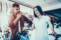 Dziewczyna konsultanta przedstawienia cykl nabywca w sporta sklepie zdjęcie royalty free