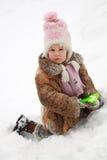 dziewczyna kopiący śnieg Zdjęcie Stock