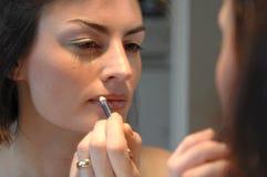 dziewczyna kosmetyczna używa young obraz royalty free