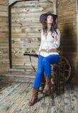 Dziewczyna kowboj z pistoletem i pistoletem Fotografia Stock