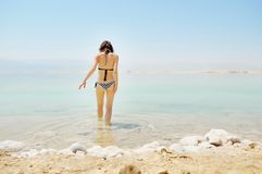 Dziewczyna kąpać w Nieżywym morzu Fotografia Stock