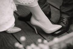 Dziewczyna krocząca na stopie facet Zdjęcia Stock