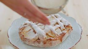 dziewczyna kropi białego cukieru proszek na torcie zbiory wideo