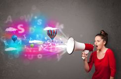 Dziewczyna krzyczy w megafon, abstraktów balony i tekst przychodzący i Fotografia Royalty Free