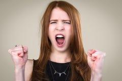 Dziewczyna krzyczy z zaciskać pięściami Zdjęcia Stock
