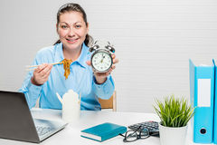 Dziewczyna księgowy w biurze z kluskami i budzikiem przy Zdjęcie Stock