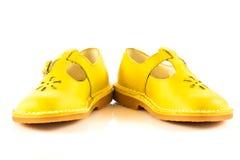 Dziewczyna kuje obuwie odizolowywającego na białych tło akcesoriach Zdjęcia Royalty Free