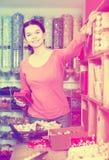 Dziewczyna kupuje wyśmienicie czekolady Zdjęcia Royalty Free