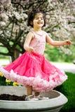 dziewczyna kwiaty ogrodu Obrazy Royalty Free