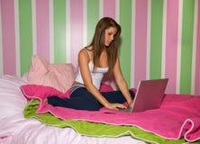 dziewczyna laptop nastolatków. Obraz Stock