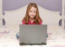 dziewczyna laptop używać potomstwo zdjęcie royalty free