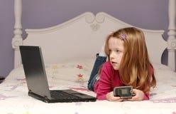 dziewczyna laptop używać potomstwo zdjęcie stock