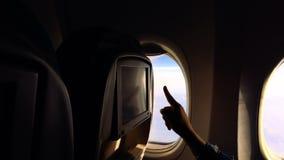 Dziewczyna lata w samolocie i ogląda środek zawartość na samolocie zbiory