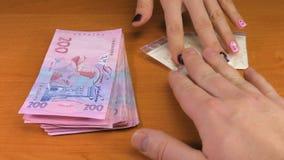 Dziewczyna, lek transakcja wręcza z pieniądze zbiory