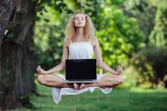 Dziewczyna levitates z laptopem Fotografia Stock