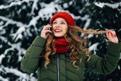 Dziewczyna mówi na telefonie komórkowym fotografia royalty free