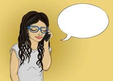 Dziewczyna mówi telefonem komórkowym i patrzeć w dół Młodych kobiet odpowiedzi Obraz Stock