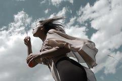 Dziewczyna, młoda kobieta dmucha mydlanych bąble w wiatrze/ Obraz Stock
