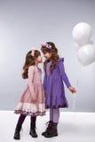 Dziewczyna małych balonów odzieżowa inkasowa mała urodzinowa moda Obraz Stock
