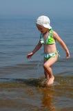 dziewczyna mała idzie kostium woda Fotografia Stock