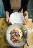 Dziewczyna ma Tajlandia łososiowego curry'ego Fotografia Stock