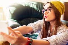 Dziewczyna ma zabawę bierze selfies zdjęcia royalty free