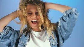 Dziewczyna ma zabawę i relaksuje, kostrzewiący blondynka włosy na jej głowie, czuje swobodnie zdjęcie wideo