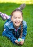 Dziewczyna ma zabawę na trawie i trzyma kulę ziemską Obrazy Royalty Free
