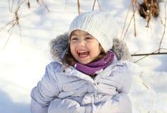 Dziewczyna ma zabawę podczas zimy obraz royalty free