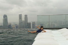 Dziewczyna ma zabawę w pływackim basenie fotografia stock