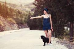 Dziewczyna ma zabawę z jej mopsa psem Fotografia Royalty Free