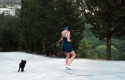 Dziewczyna ma zabawę z mopsa psem Obraz Stock