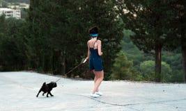 Dziewczyna ma zabawę z mopsa psem Zdjęcia Stock