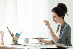 Dziewczyna malarz pracuje w biurze Tusz do rzęs muśnięcie Zdjęcie Stock