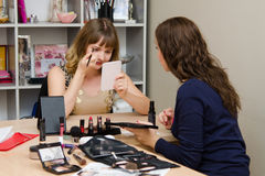 Dziewczyna malująca na konsultaci przedstawicielskiej kosmetycznej firmie Fotografia Royalty Free