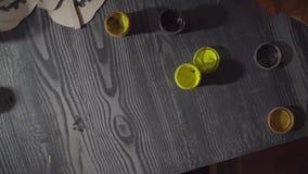 Dziewczyna maluje nietoperz Przygotowywać dla świętowania Halloween zdjęcie wideo