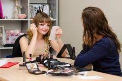 Dziewczyna maluje rzęsy na przywódctwo konsultancie Obrazy Stock