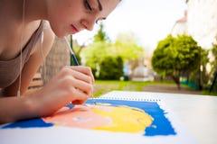 Dziewczyna maluje sztuka wizerunek z muśnięciem Fotografia Stock