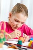 Dziewczyna maluje Wielkanocnego jajko Zdjęcie Royalty Free