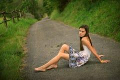 Dziewczyna marzy siedzieć na drodze Obrazy Royalty Free