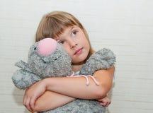 Dziewczyna marzy z zabawkarskim kotem Fotografia Royalty Free