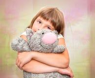 Dziewczyna marzy z zabawkarskim kotem Zdjęcia Stock