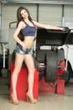 Dziewczyna mechanik zamienia opony na kołach zdjęcie stock