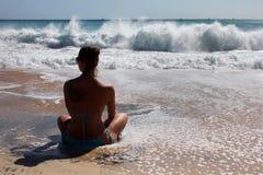 Dziewczyna medytuje na oceanu brzeg zdjęcia royalty free