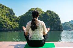 Dziewczyna medytuje na rejs łodzi Fotografia Stock