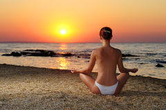 Dziewczyna medytuje w wschodzie słońca Obraz Stock