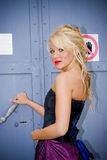 dziewczyna metalowe drzwi Obrazy Stock